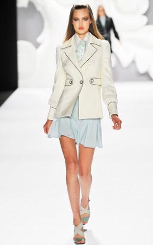 Beli sako i haljina Carolina Herrera